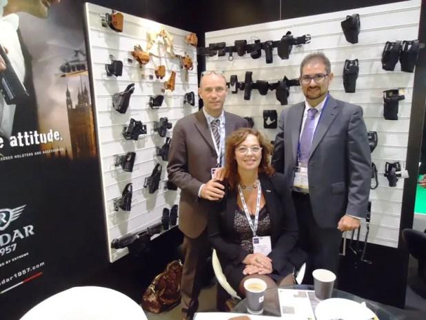 """Il """"nostro"""" Marco Giulio Barone con Pietro Pellegrini, CEO di Radar 1957 e Rosalba Crociani, vice-presidente presso lo stand dell'azienda al salone DSEI 2015"""