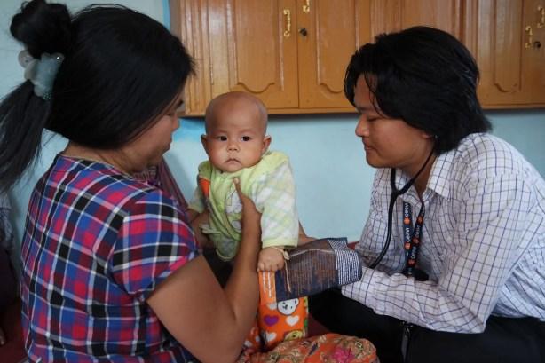 Il dottor Kyi visita un altro piccolo paziente birmano (foto dell'autrice)