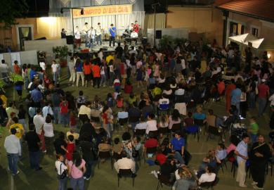 LA GRANDE CASA-Festa Folla01