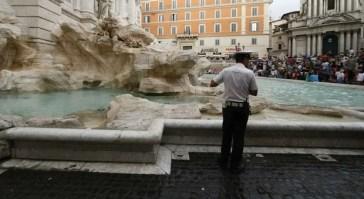 Roma, movida senza coprifuoco e troppi assembramenti: chiusa Fontana di Trevi