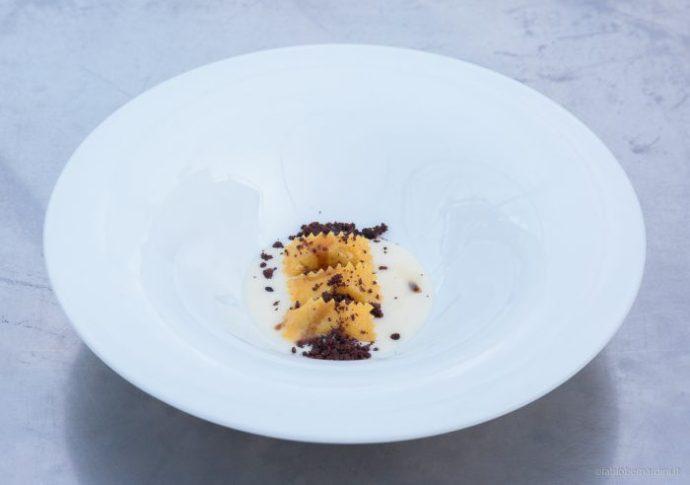 Ravioli di agnello di zeri fonduta al parmigiano reggiano e crumble al cioccolato