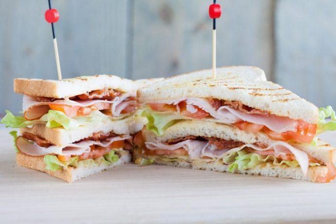 """Fenomenologia del Club Sandwich, il panino """"da hotel"""" per eccellenza"""
