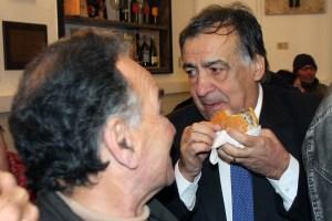 Leoluca Orlando mangia un panino con la milza, specialità dello street food palermitano