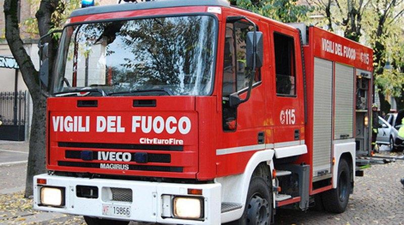 Un'incendio è divampato all'interno di uno stabilimento balneare in viale Kennedy a Catania. I Vigili del Fuoco sono riusciti a confinare il rogo