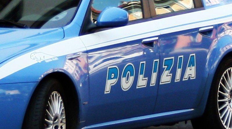 polizia cerca officina dove trasformano armi giocattolo