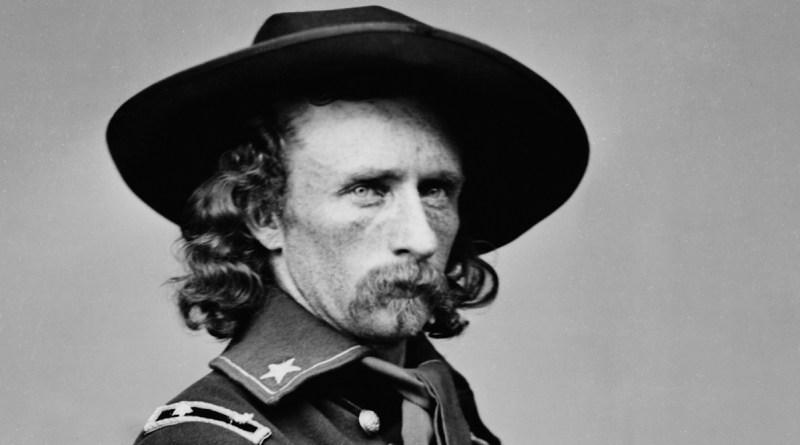 George Armstrong Custer, comandante del 7° Cavalleria degli Stati Uniti d'America, ucciso alla testa delle sue truppe dagli indiani nella Battaglia di Little Bighorn
