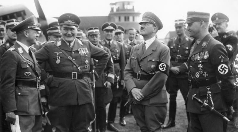 Hitler e gerarchi nazisti
