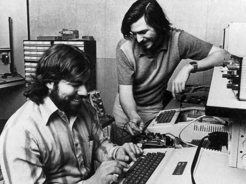 Steve Jobs e Steve Wozniak lavorano su Apple II (1977)