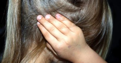 Picchiava e offendeva gli alunni: sospesa una maestra ad Aci Catena