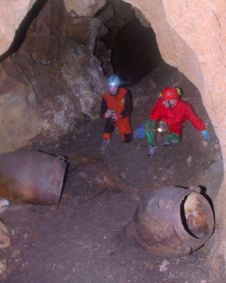 Giare per il vino rinvenute negli scavi dentro le grotte di Monte Kronio (Agrigento).