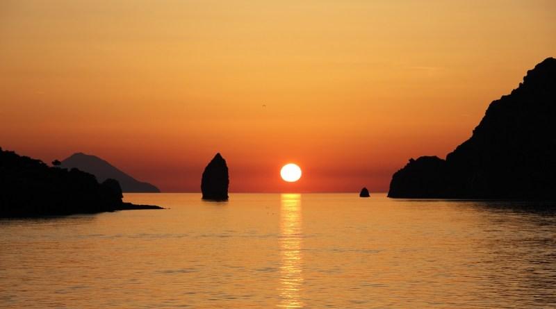 Record di presenze turistiche alle Eolie per il ponte del Primo Maggio. Nella sola isola di Stromboli sono stati registrati almeno 5 mila turisti, soprattutto stranieri Isole Eolie, top 30 Lonely Planet