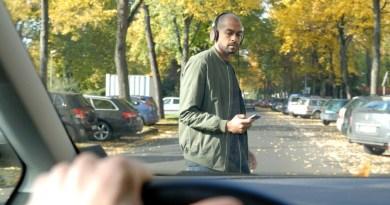 Smartphone zombies: alle Hawaii multe a chi attraversa la strada guardando il cellulare