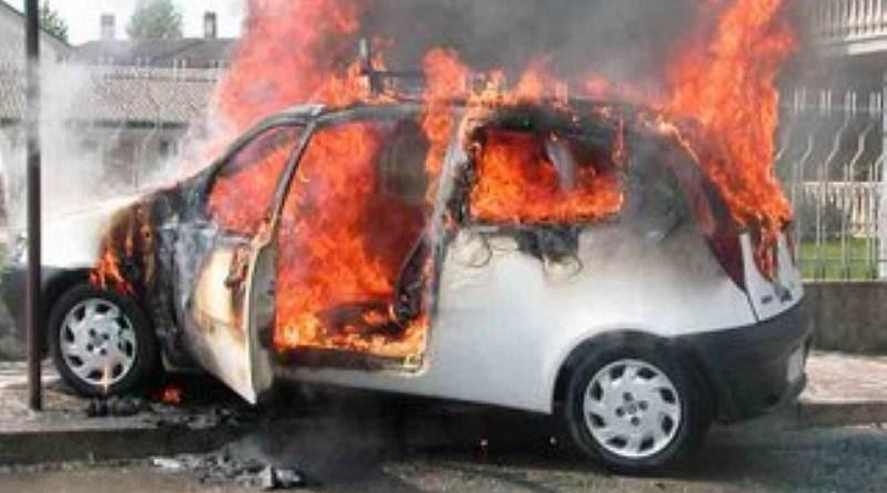incendi a Palermo e a Siracusa. Auto della chiesa e del sindaco in fiamme