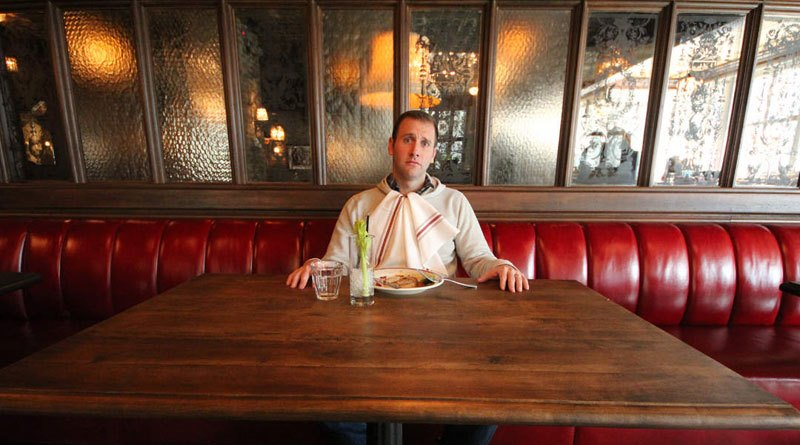 Mangiare da soli aumenta il rischio di obesità, soprattutto negli uomini