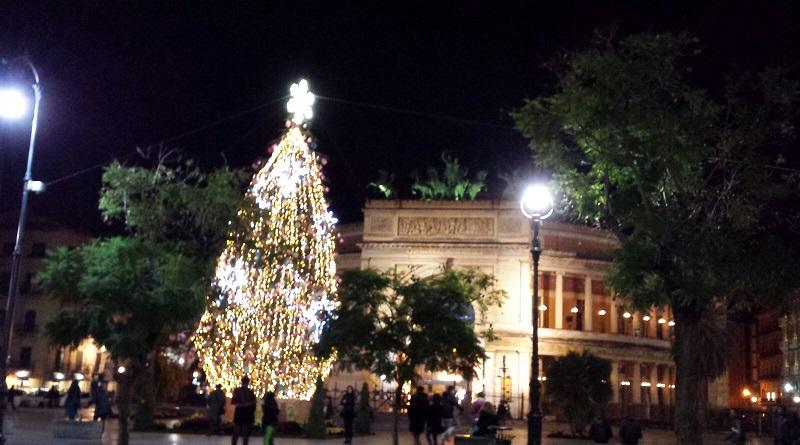 L'albero dei desideri è stato attivato ieri in Piazza Castelnuovo a Palermo. Si apre ufficialmente la stagione natalizia
