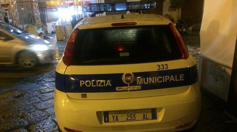 In un post sul proprio profilo Facebook Antonio Alamia contro una pattuglia dellaPolizia Municipalein sosta all'ingresso dello Street Food Fest
