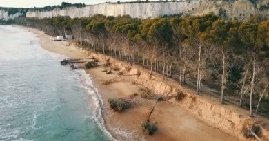 """Via libera della Regione al ripascimento della spiaggia di Eraclea Minoa, vittima dell'erosione costiera, con unn finanziamento di oltre quattro milioni di euro. Festeggia Mareamico Agrigento, l'associazione Mareamico lancia l'allarme: """"La spiaggia di Eraclea Minoa sta sparendo"""". Il video degli effetti dell'erosione"""