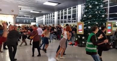 Flash mob natalizio all'aeroporto Fontanarossa di Catania: 16 coppie di ballerini hanno danzato sulle note di una versione swing di Jingle Bells