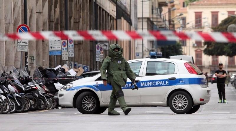 Allarme bomba a Palermo. Una valigia sospetta è stata lasciata incustodita in piazza Mario Francese. Intervenuti gli artificieri