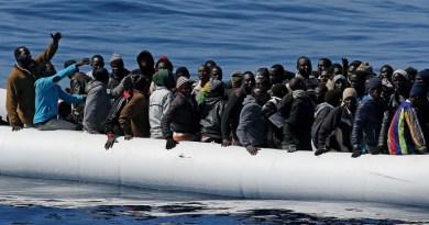 Augusta, sbarcano 721 migranti. C'è una salma