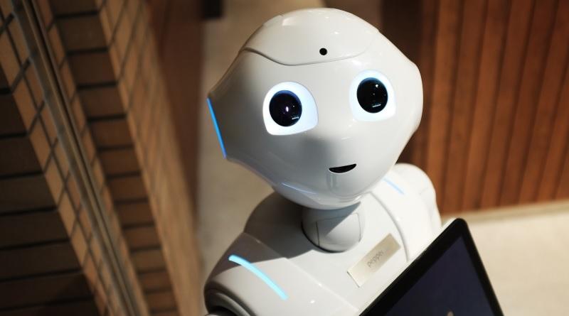 In un supermercato di Edimburgo, Fabio, un robot-commesso, addetto ad accogliere i clienti, licenziato per le sue scarse prestazioni