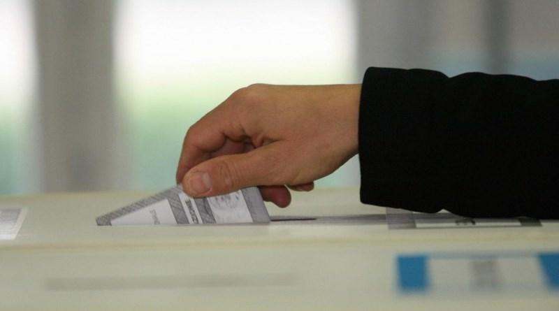I dati Instant Poll vedono avanti la coalizione di centrodestra, che però non raggiungerebbe il 40%. Primo partito è il Movimento 5 Stelle
