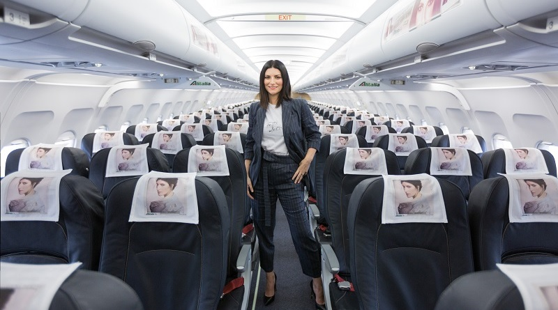 """""""Benvenuti su AliLaura"""", si è presentata così ieri Laura Pausini, in veste di hostess, sul volo Milano-Roma di Alitalia per presentare il suo nuovo album (segue)"""