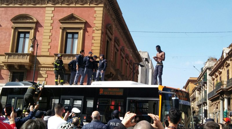 Картинки по запросу Palermo, migrante blocca bus e sale sul tetto gridando