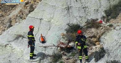 Una carcassa d'auto è stata rimossa stamattina dai Vigili del Fuoco dalla scogliera della Scala dei Turchi grazie anche alla segnalazione dell'associazione Mareamico