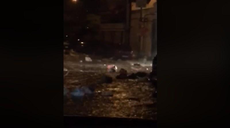 Nubifragio a Palermo: i rifiuti galleggiano per le strade. I sacchi di immondizia sono stati trascinati via dalla corrente creando veri e propri fiumi di pattume - IL VIDEO