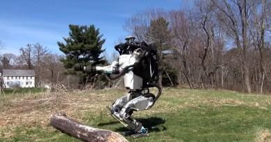 Atlas, il robot dalle sembianze umane che salta gli ostacoli