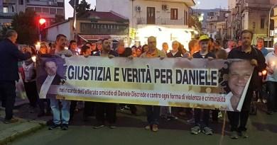 Si è tenuta a Passo di Rigano la fiaccolata in ricordo di Daniele Discrede, il commerciante assassinatoil 24 maggio del 2014mentre tentava di difendere la figlia nel corso di una rapina