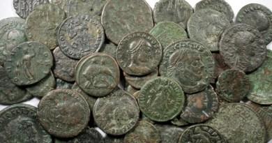 Ha ritrovato, tra gli oggetti che erano stati del padre, oltre 60 monete antiche e le ha consegnate alla Guardia di Finanza.È successo a Lentini, in provincia di Siracusa