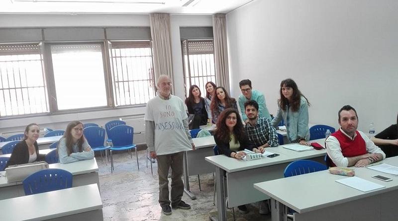 """Il professore di Lingua e letteratura greca presso l'Università di Palermo, Andrea Cozzo, protesta alla decisione dell'Università di Verona di annullare un convegno indossando a lezione la maglietta con scritto """"Io sono omosessuale"""""""