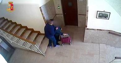 Avrebbe rapinato anziana androne del palazzo ma è stato ripreso dalle telecamere del sistema di videosorveglianza. Arrestato un cinquantenne