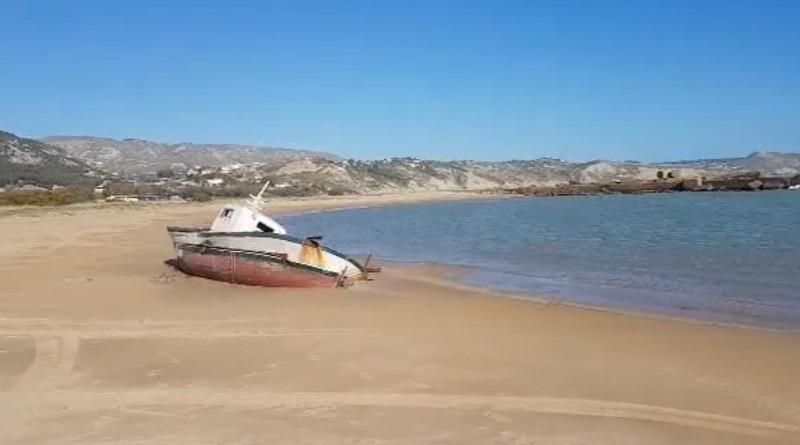 """Mareamico L'appello di Mareamico : """"Eliminare dalle spiagge siciliane i relitti delle barche dei migranti prima dell'estate"""". Il video girato dall'associazione"""
