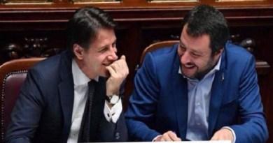 Paragonare la foto di Giuseppe Conte e Matteo Salvini a quella storica di Giovanni Falcone e Paolo Borsellino
