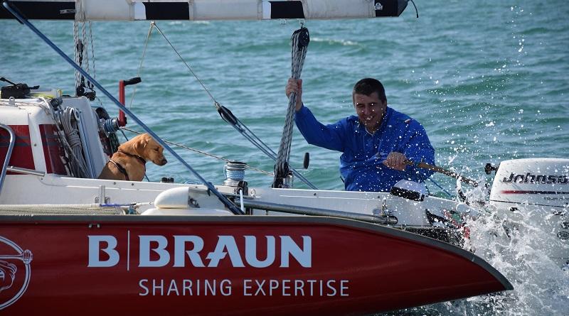 Marco Rossato, il primo velista disabile che sta circumnavigando in solitaria la penisola italiana arriva a Messina in compagnia del suo fedele cagnolino Muttley