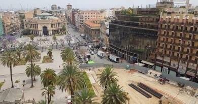 La piazza più massacrata dai cantieri di tutta Palermo diventa anche set cinematografico per il film Momenti di trascurabile felicità di Daniele Luchetti, con Pif. E i lavori si fermano