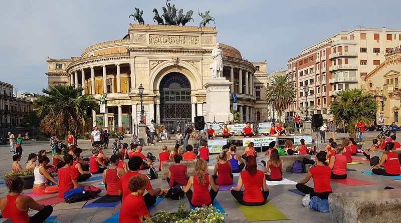 Il 21 giugno si festeggia la Giornata mondiale dello yoga. Anche a Palermo oltre 100 personesi sono date appuntamento all'ombra del Teatro Politeama per una lezione all'aperto