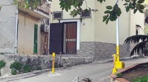 barriere nello spiazzo d'ingresso all'arenile di Vergine Maria, a Palermo