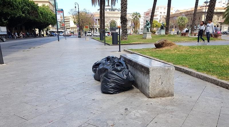 Palermo, sacchi neri di rifiuti in centro a due passi dai monumenti. Ma per il Comune la differenziata procede sempre meglio