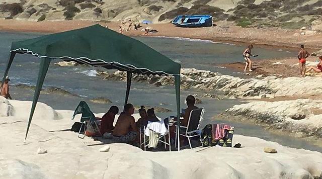 Vandali si accampano sugli scogli della spiaggia di Punta Bianca, ad Agrigento