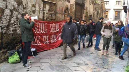 striscione FGC manifestazione per sicurezza nelle scuole