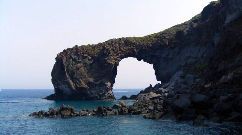 Arco del Perciato. Pollara, isola di Salina, Eolie - Sicilia