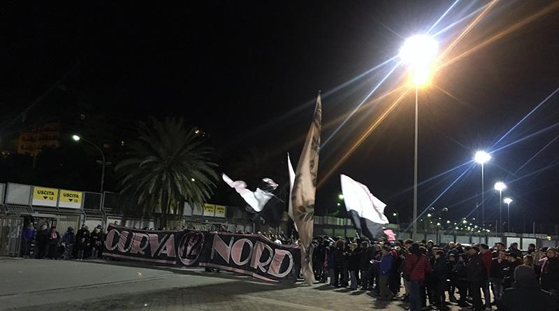 Tifosi Palermo davanti stadio Favorita
