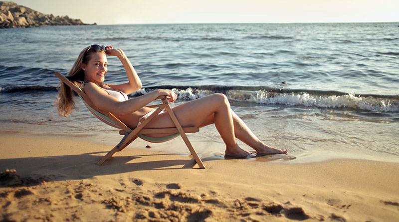 ragazza, mare, spiaggia. sdraio