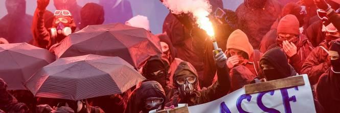 I black bloc sono scesi in piazza. Scontri con la polizia francese 1