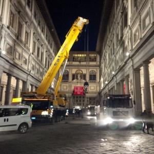 L'OPERAZIONE è terminata intorno alle ore 20.00, le foto in notturna sono quelle di smontaggio delle transenne dal piazzale.