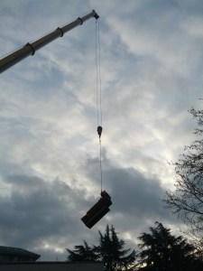 """Una suggestiva immagine relativa all'operazione di rimozione della """"vecchia"""" caldaia  (foto: AEVV)"""